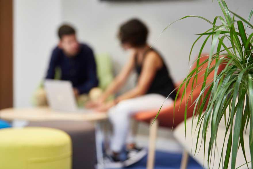 rincón de reunión informal en oficina