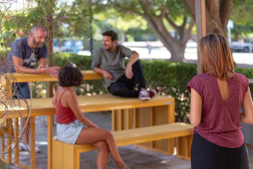 aula al aire libre con mobiliario polivalente