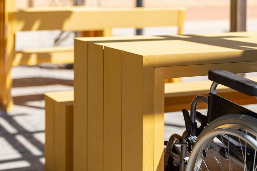 conjunto de mesa y bancos accesibles